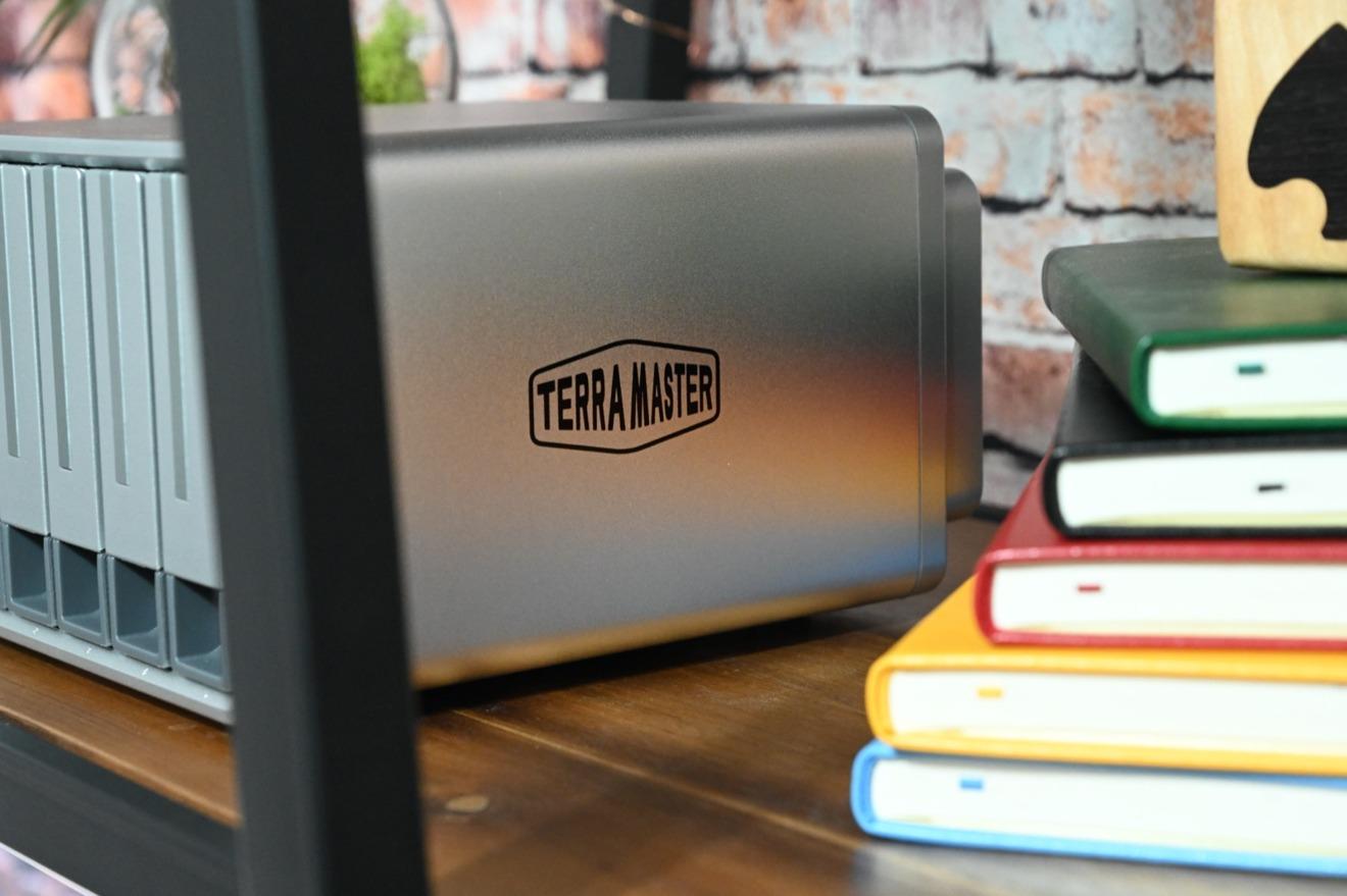 El TerraMaster D5-300C puede caber fácilmente en un estante o un escritorio con su pequeño tamaño.