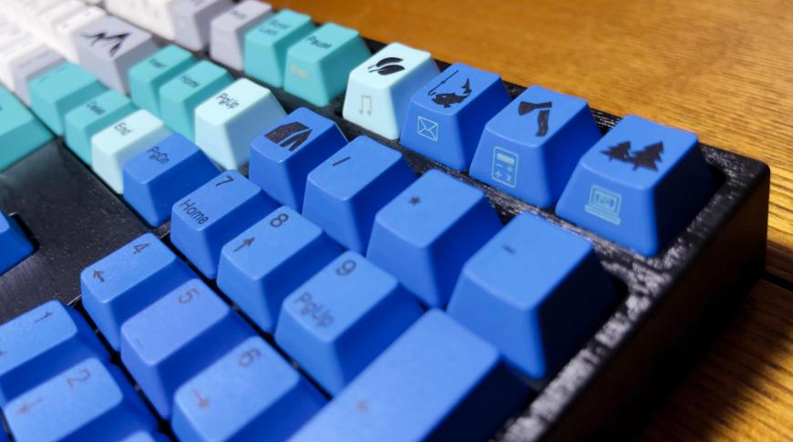 Las mayúsculas de las teclas de color azul oscuro con caracteres negros pueden ser difíciles de leer con poca luz