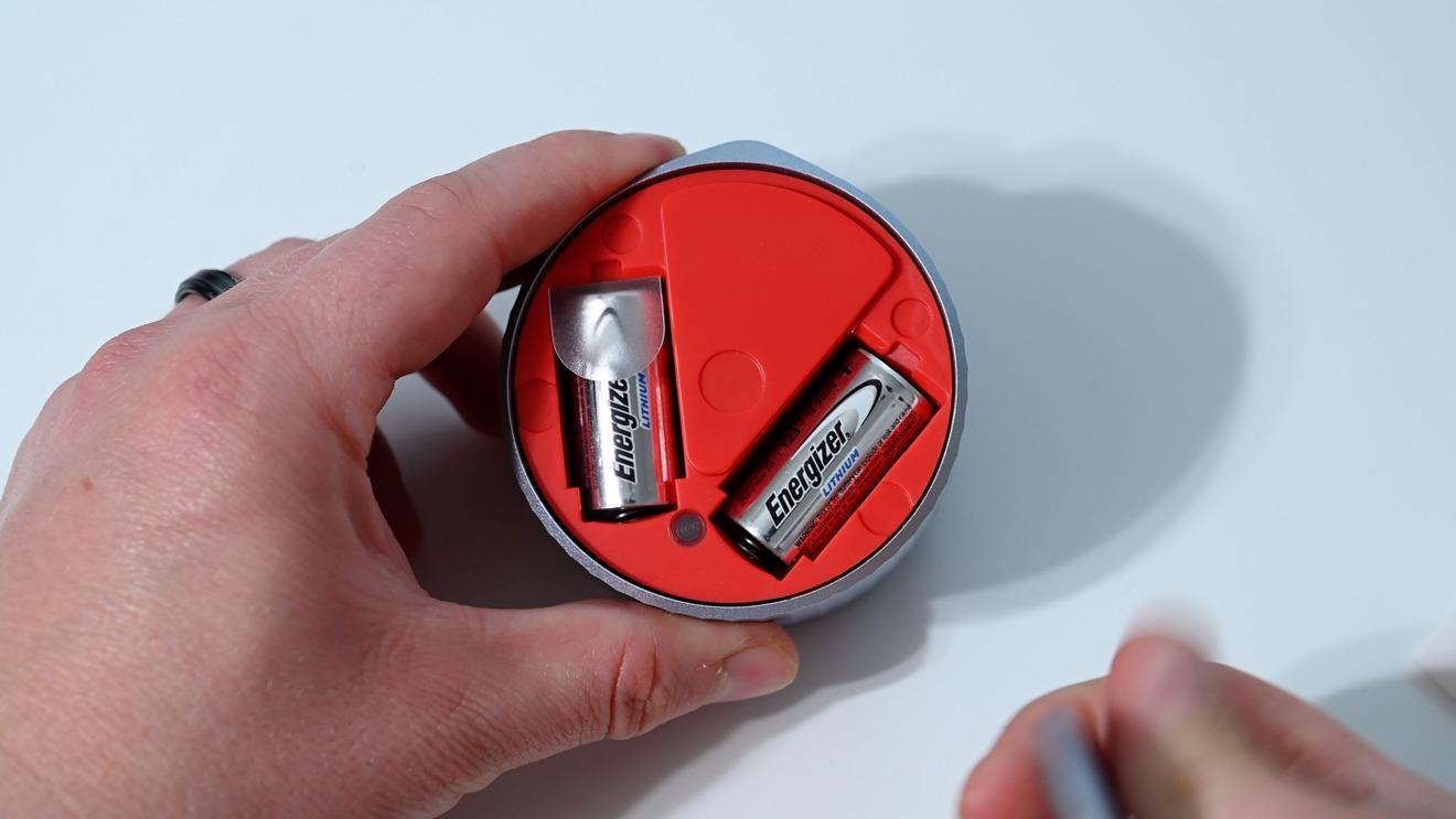 Un par de baterías CR123 en el Smart Lock Wi-Fi de agosto