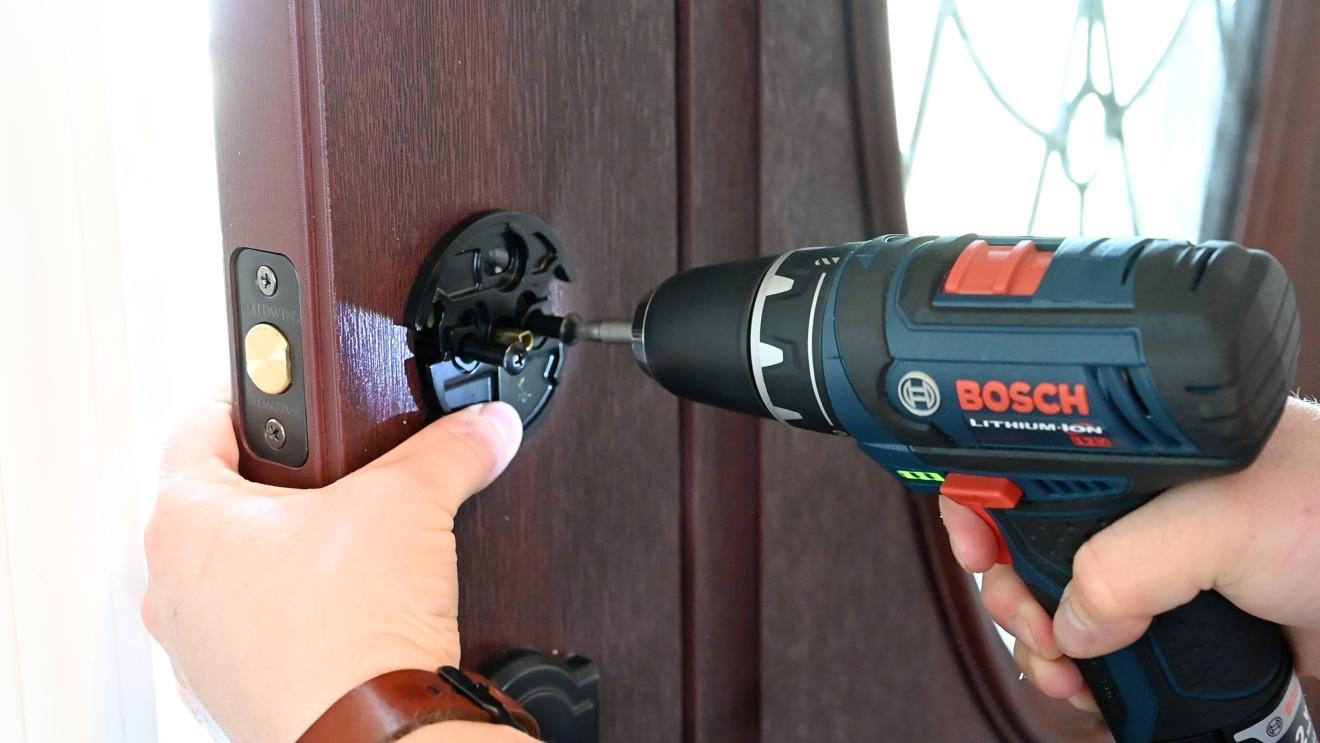 Utilice un destornillador o un taladro para instalar August