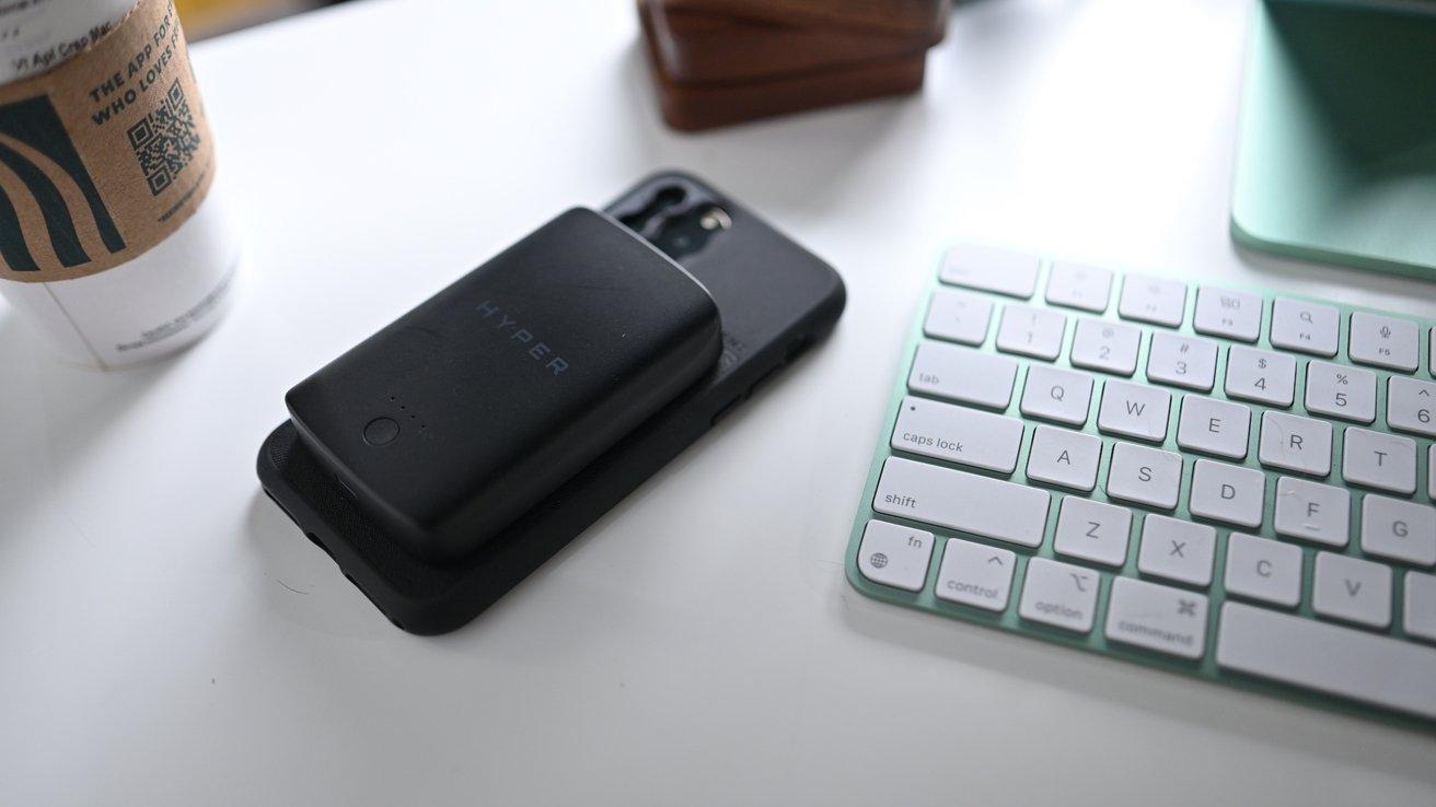 Batería Hyper MagSafe con iPhone 11 y caso de momento