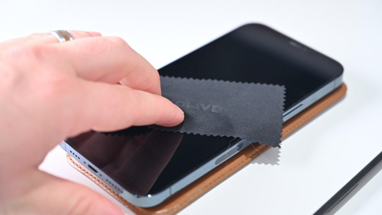 Limpiando nuestra pantalla con el paño de microfibra