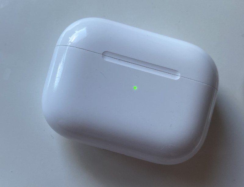 Cuando coloca el estuche de carga en un cargador, una luz de estado le indica brevemente si está listo para comenzar